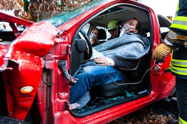 Ongeval, brandweer redt slachtoffer van een auto Premium Foto