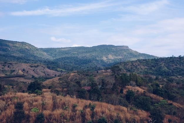 Ongezien in thailand. skyscape uitzicht vanaf de berg. Premium Foto