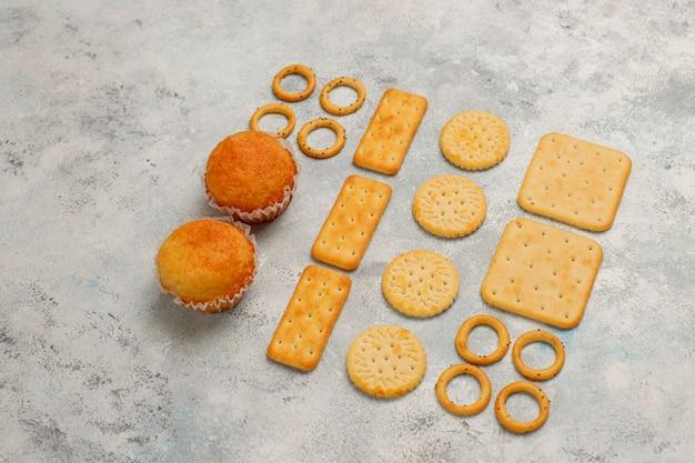 Ongezonde snacks op grijs beton Gratis Foto