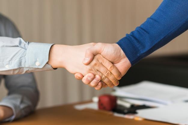 Onherkenbaar zakenlieden handshaking Gratis Foto