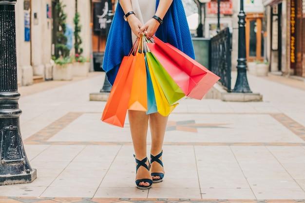 Onherkenbare vrouw met boodschappentassen Gratis Foto