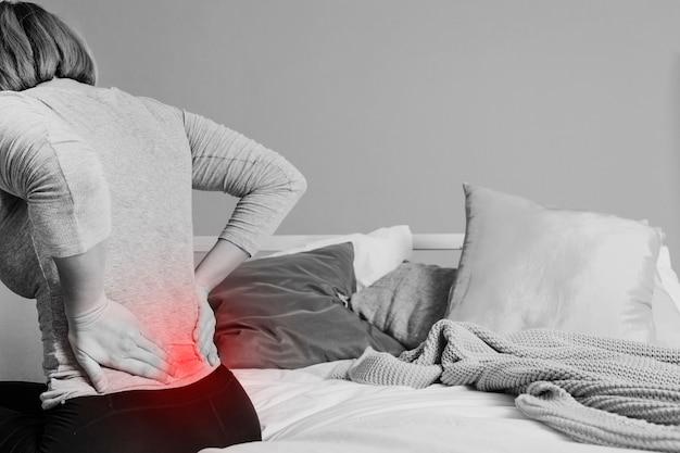 Onherkenbare vrouw met pijnlijke rug Gratis Foto