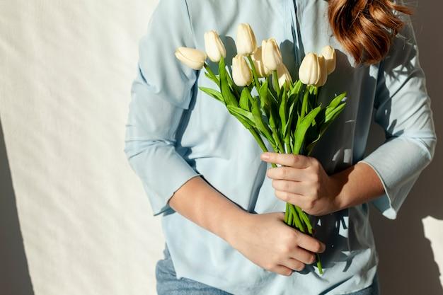 Onherkenbare vrouw met tulpen Gratis Foto