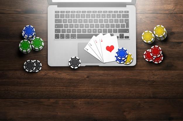 Online casino, laptop, chipskaarten op hout Premium Foto
