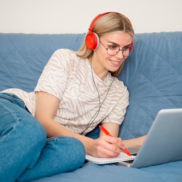 Online cursussen op afstand schattige student op haar laptop Gratis Foto