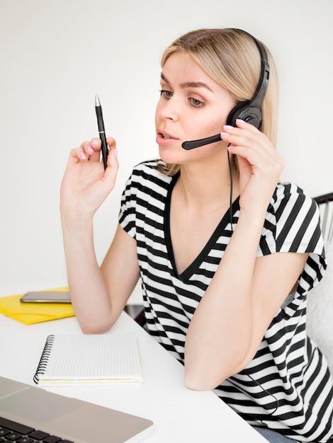 Online cursussen op afstand student praten over een koptelefoon Gratis Foto
