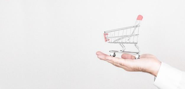 Online winkelconcept met miniatuurboodschappenwagentje Premium Foto