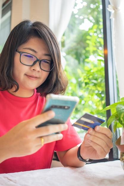 Online winkelen met bezorgservice voor smartphones en boodschappentassen Premium Foto
