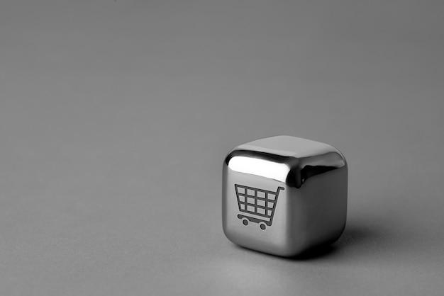Online winkelen pictogram op metalen kubus voor futuristische en creatieve stijl Premium Foto