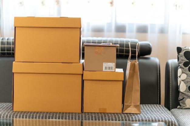 Online winkelen verpakkingsconcept, kartonnen pakketdoos en papieren zak met product Premium Foto