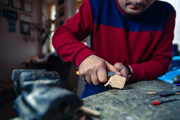 Onnodige stukken hout zagen om kunst te maken Gratis Foto