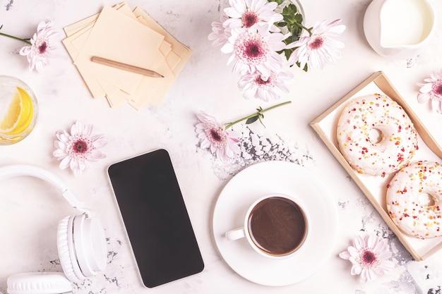 Ontbijt - koffie, tephon, koptelefoon. Premium Foto