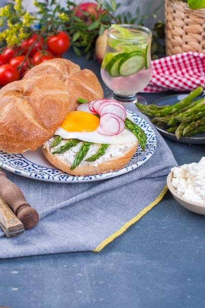 Ontbijt met asperges en gebakken ei voor het ontbijt. Premium Foto