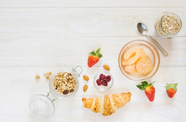 Ontbijt met croissants en fruit Gratis Foto