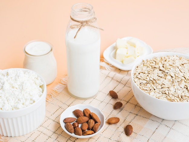 Ontbijt met havermout, melk en amandelen Gratis Foto