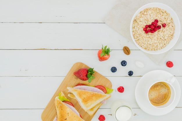 Ontbijt met ontbijtgranen en aardbeien Gratis Foto