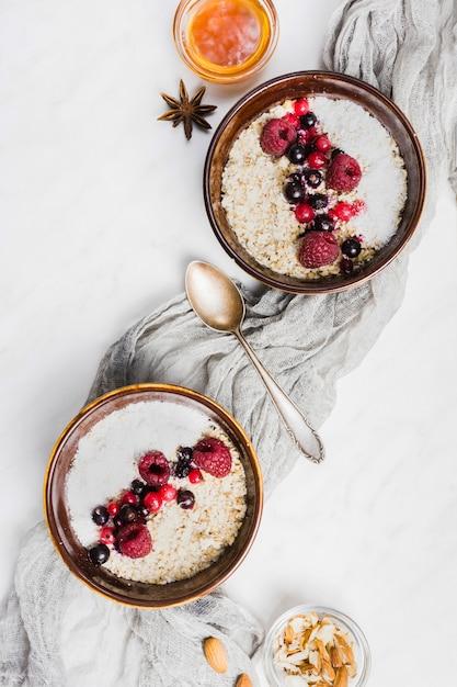 Ontbijt met ontbijtgranen en fruit Gratis Foto