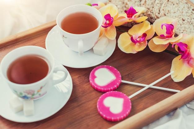 Ontbijt op bed in valentijnsdag Premium Foto