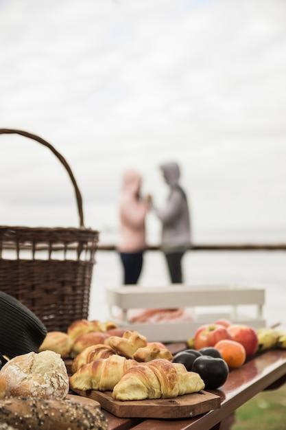 Ontbijt op tafel met een paar op de achtergrond Gratis Foto