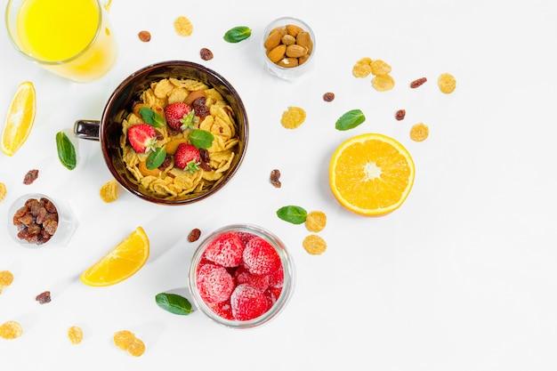Ontbijt van cornflakes en fruit Premium Foto