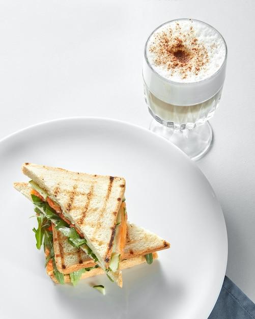 Ontbijtconcept - kopje koffie met toast op het witte oppervlak Premium Foto