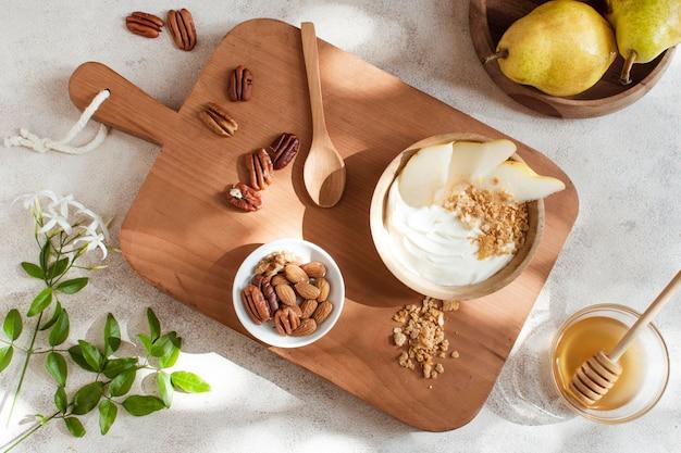 Ontbijtkom met honing en fruit Gratis Foto