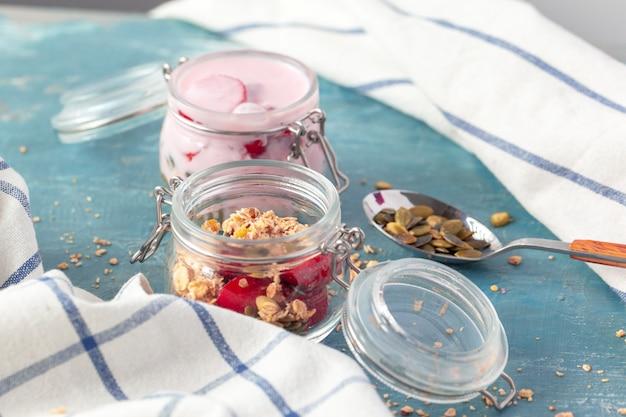 Ontbijtparfait met zelfgemaakte muesli en yoghurt Premium Foto