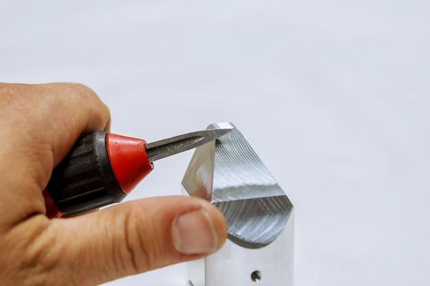 Ontbramer voor metaal, hout, aluminium, koper en kunststof. het proces van het ontbramen van metaal. Premium Foto