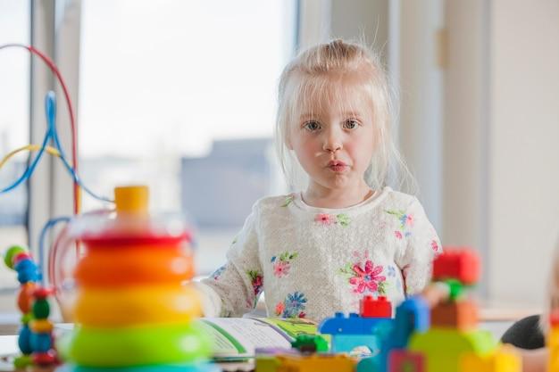 Ontevreden kleuterschoolmeisje Gratis Foto
