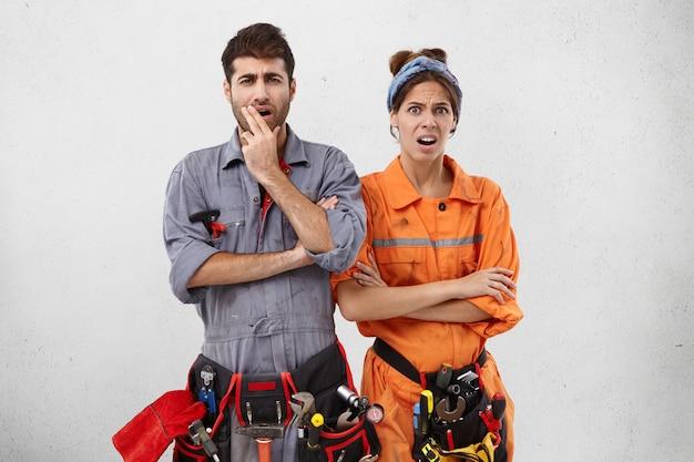 Ontevreden klusjesman en zijn vrouwelijke partner kijken naar het object dat ze moeten repareren, beseffen alle moeilijkheden, Gratis Foto