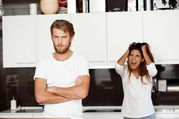 Ontevreden knappe man in ruzie met zijn vriendin Gratis Foto