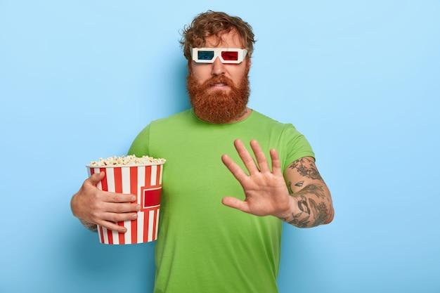 Ontevreden, ongelukkige roodharige in bioscoop weigert na het kijken over film en personages te praten Gratis Foto
