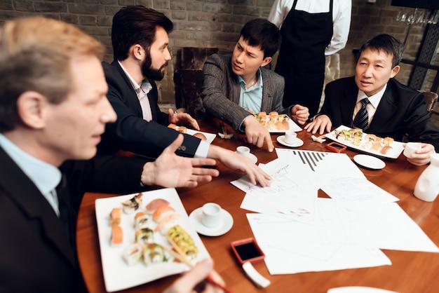 Ontmoeting met chinese zakenlieden in restaurant. Premium Foto