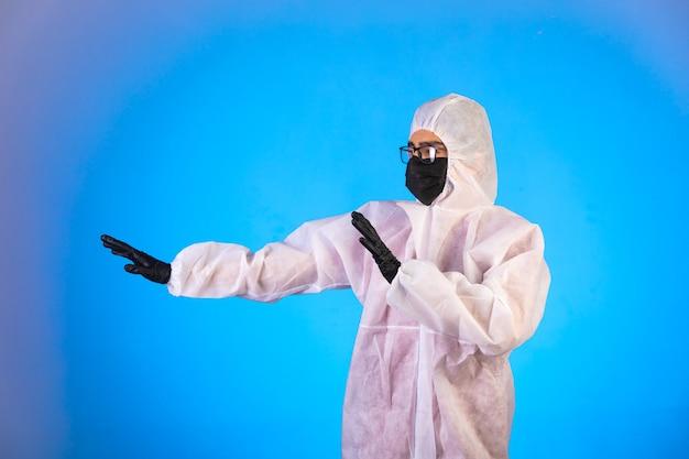 Ontsmettingsmiddel in speciaal preventief uniform stopt gevaar dat van links komt. Gratis Foto