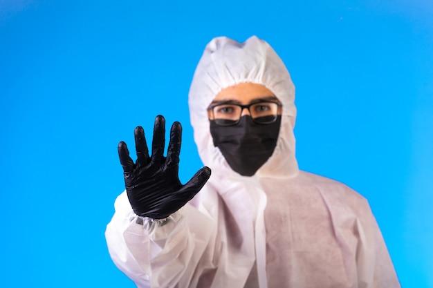 Ontsmettingsmiddel in speciaal preventief uniform stopt het gevaar dat van voren komt Gratis Foto