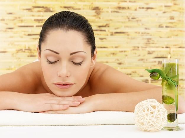 Ontspannen blanke vrouw bij beauty spa salon. recreatietherapie. vrouw met gesloten ogen rusten Gratis Foto