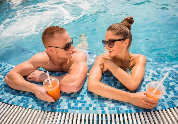 Ontspannen in het zwembad van het resort, cocktails drinken. Premium Foto