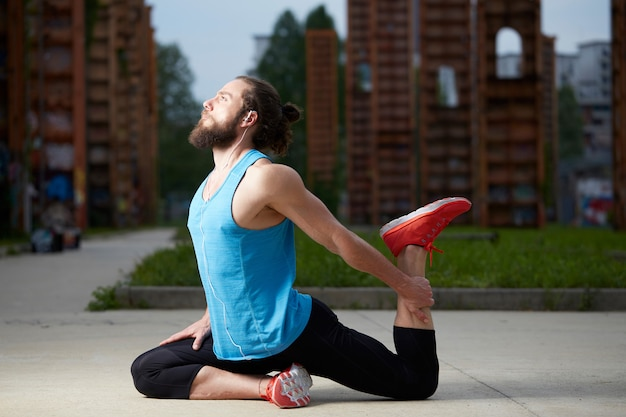 Ontspannen knappe man doet yoga oefening Premium Foto