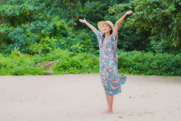 Ontspant de portret mooie jonge aziatische vrouw glimlach rond strand overzeese oceaan in vakantievakantie Gratis Foto
