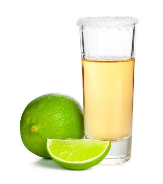 Ontsproten van tequila met een plak van kalk Premium Foto