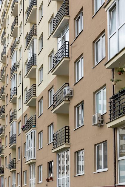Ontwerp gevel van het gebouw in het centrum, exterieur project met balkon Premium Foto