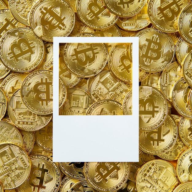 Ontwerp ruimte op een stapel bitcoin contant geld Gratis Foto