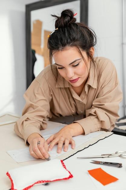 Ontwerper werkt alleen in haar werkplaats Premium Foto