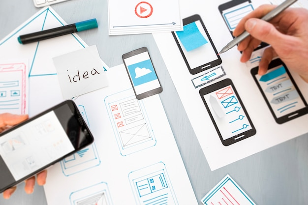 Ontwerpontwikkeling van grafische webapplicaties voor mobiele telefoons. Premium Foto