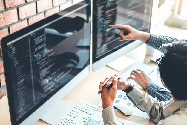 Ontwikkelen van programmeur ontwikkeling van teams websiteontwerp en coderingstechnologieën Premium Foto