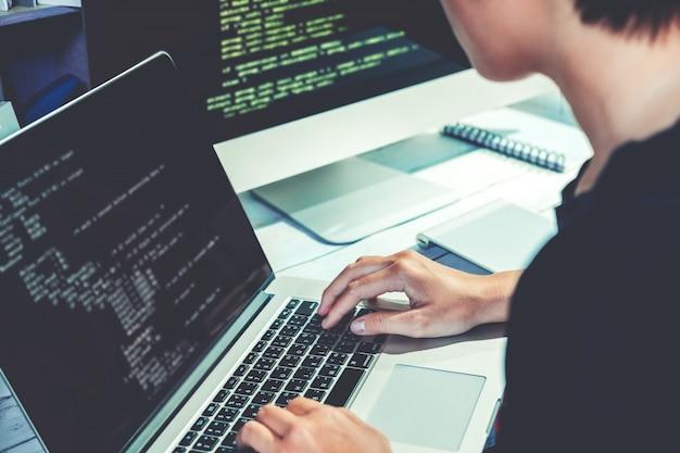 Ontwikkelen van programmeur ontwikkeling website ontwerp en coderingstechnologieën Premium Foto