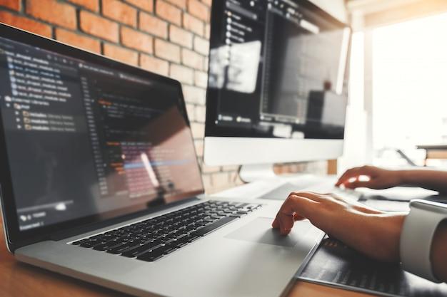 Ontwikkeling geconcentreerde programmeur die computercodes leest ontwikkeling website-ontwerp Premium Foto