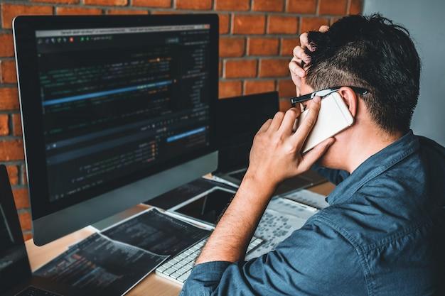 Ontwikkeling van programmeur ontwikkeling website-ontwerp en coderingstechnologieën die werken in kantoren van softwarebedrijven Premium Foto
