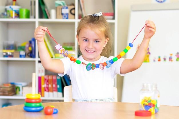 Ontwikkelings- en logopedische lessen met een kindmeisje Premium Foto