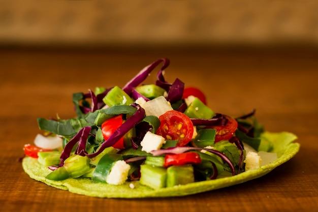 Onverpakte tortilla met verse groenten Gratis Foto